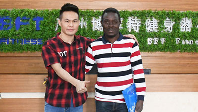 Nigerian customers come to China to purchase gym equipment